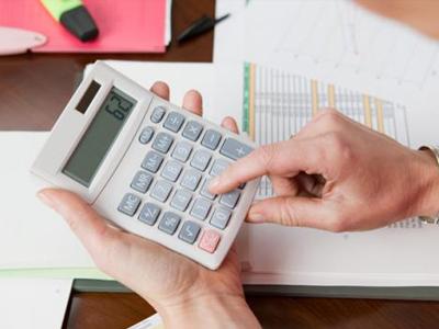 Es gasto necesario pago de suma por cláusula de no competición